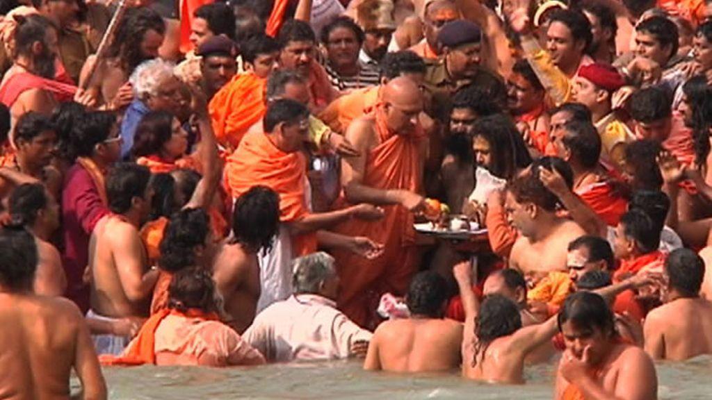 Millones de devotos se bañan a orillas del Ganges