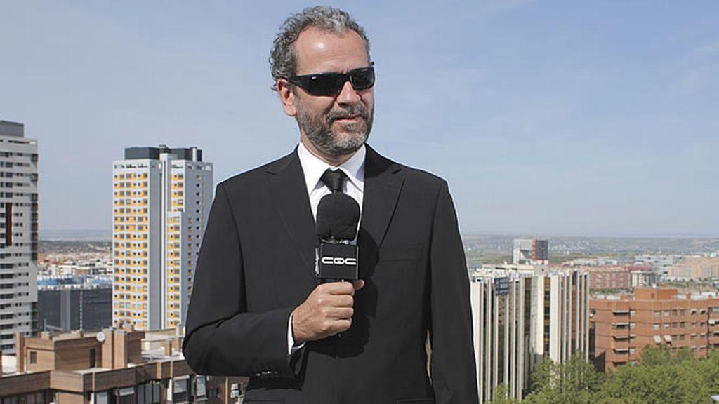 El actor asiste a la final de la Copa del Rey entre el Atlético de Madrid y el Sevilla y da buena cuenta de su desparpajo como reportero de negro