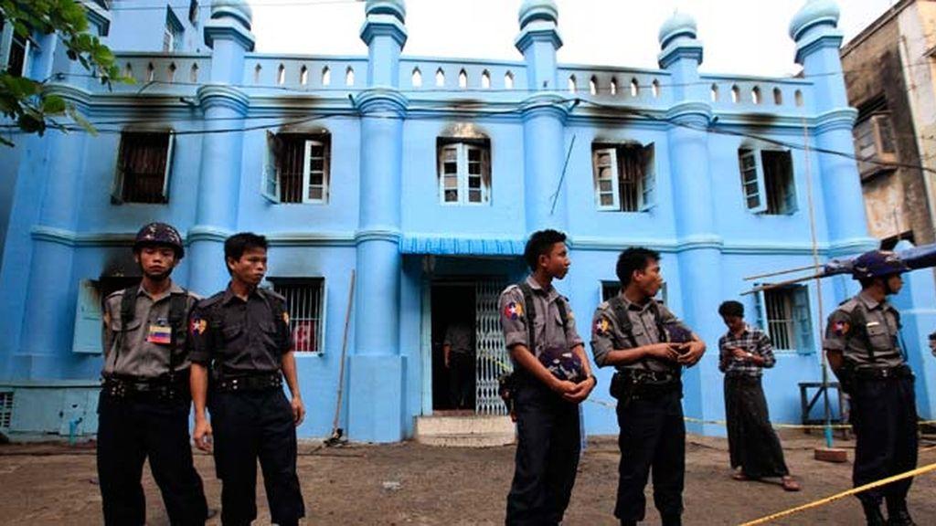 Al menos 13 muertos por un incendio en una escuela islámica en Birmania