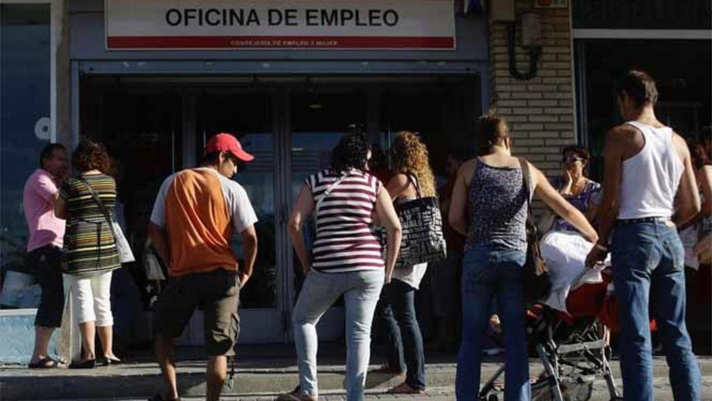 Ciudadanos españoles hacen cola en la Oficina de Empleo de Madrid