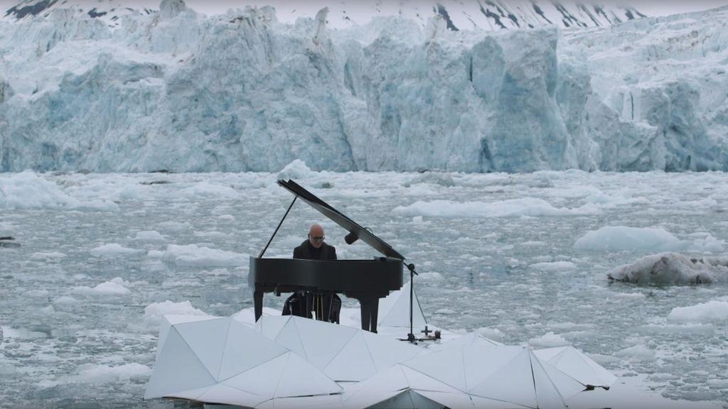 El pianista Ludovico Einaudi en medio del Ártico