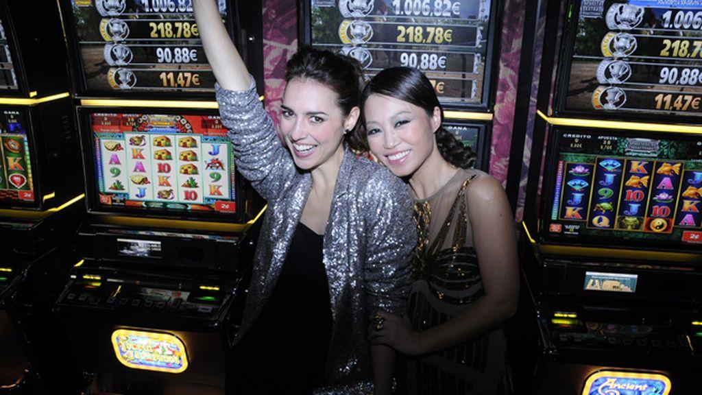 Cristina Brondo y Usun Yoon emocionadas con tanta maquina tragaperras