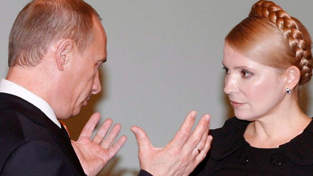 El primer ministro ruso Vladimir Putin y la primera ministra ucraniana Yulia Timoshenko,  antes del comienzo de su encuentro en Moscú donde se ha resuelto el conflicto de suministro del gas a Europa. Foto EFE