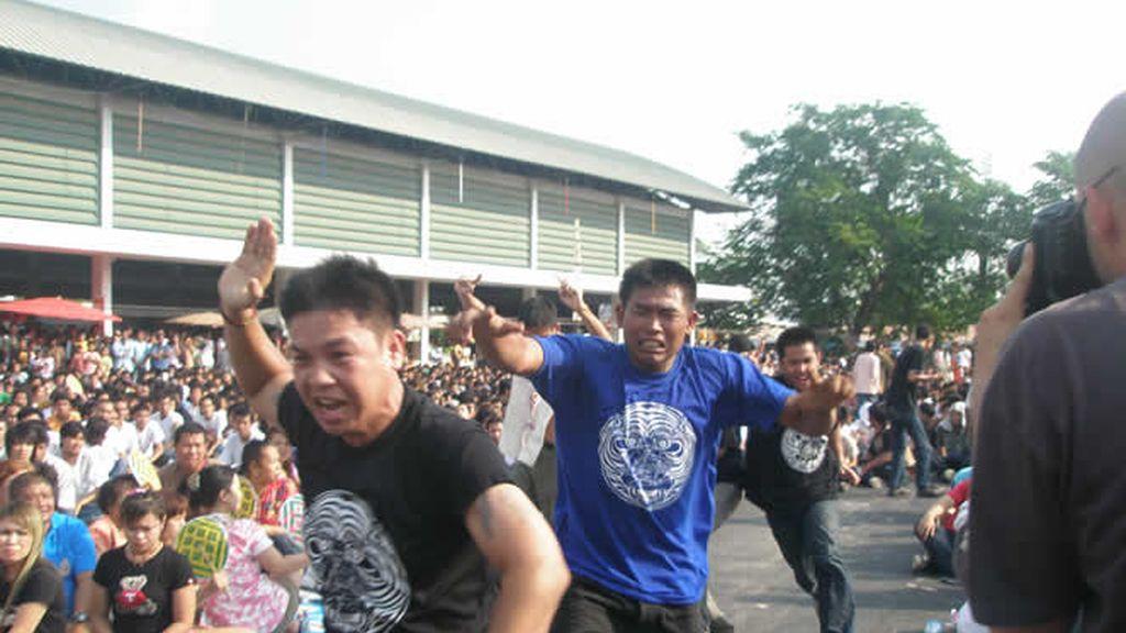 Adultos en trance por las calles de Tailandia