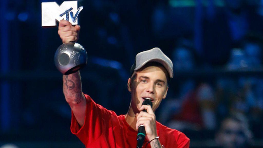Bieber con uno de sus cinco premios