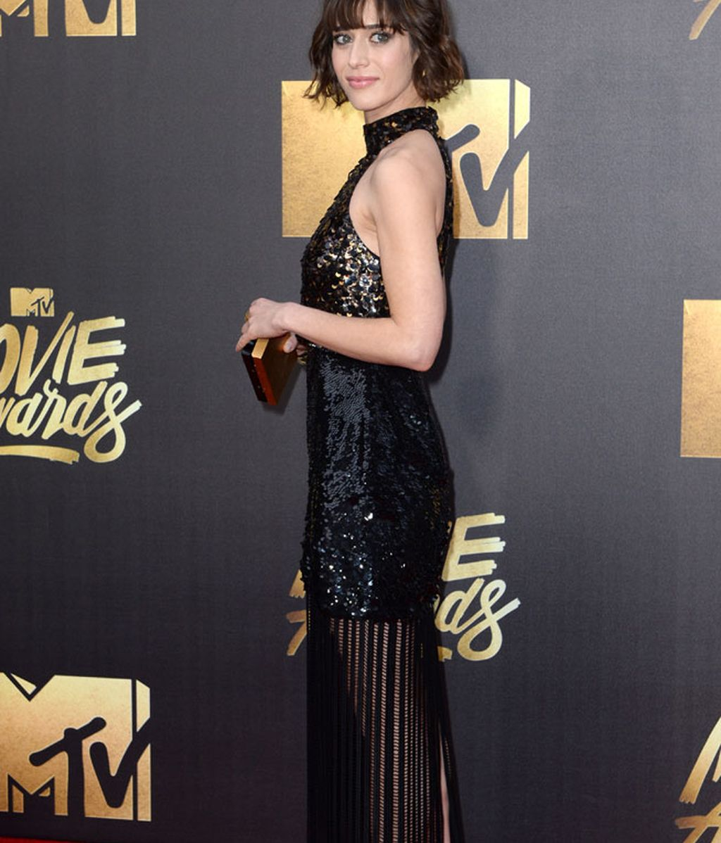La actriz Lizzy Caplan de negro con cuello halter
