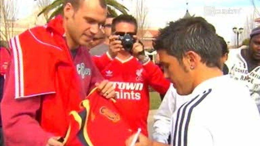 Villa huye con mucha clase de firmar una camiseta azulgrana