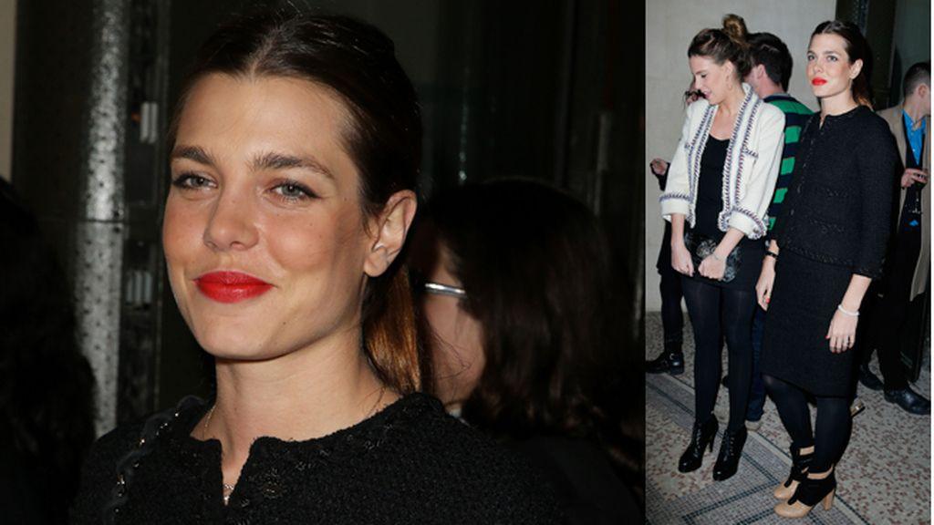 Carlota eligió una falda negra para combinar la chaqueta de tweed
