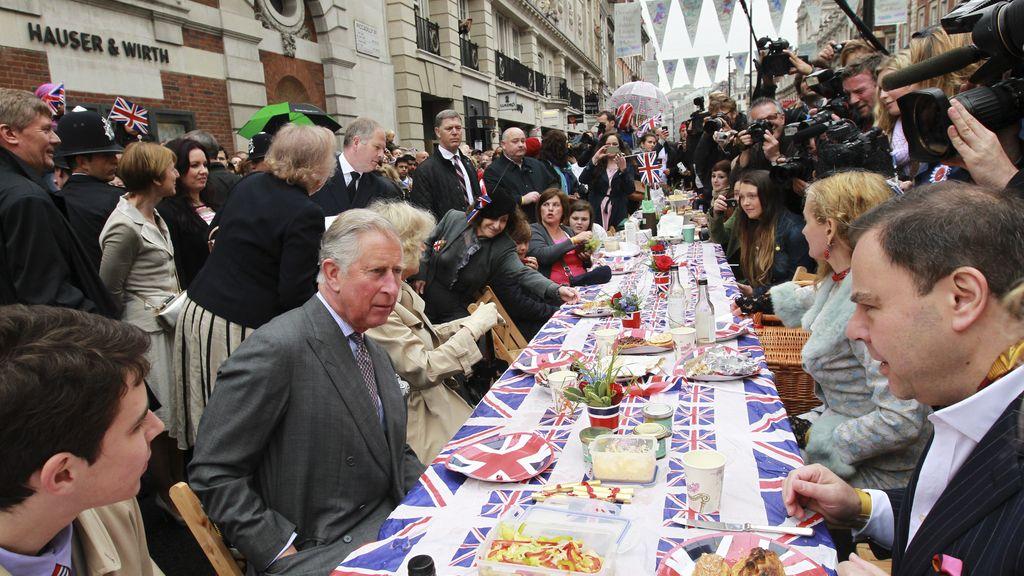 El príncipe Carlos, y Camilla, duquesa de Cornualles, en una comida callejera en Piccadilly, Londres