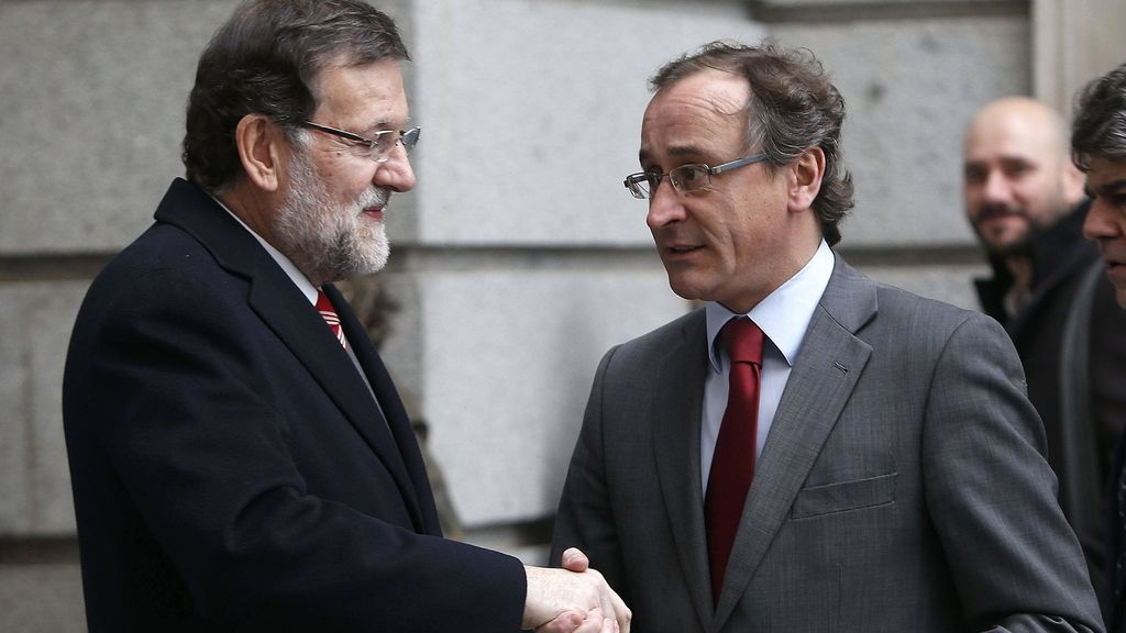 Rajoy saluda al ministro de sanidad a su llegada al Congreso