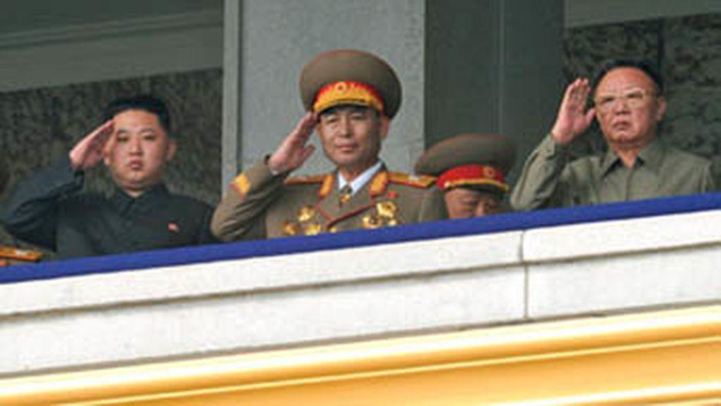 El líder de Corea del Norte, Kim Jong Il, presenta en sociedad a su sucesor, su hijo Kim Jong Un