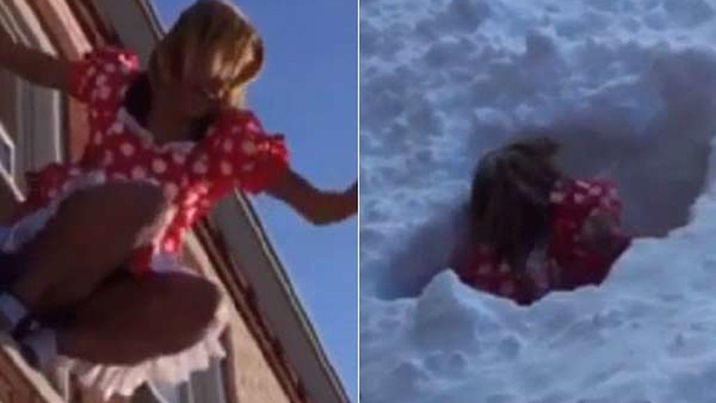 Saltan desde las ventanas sobre el metro de nieve acumulado en la calle