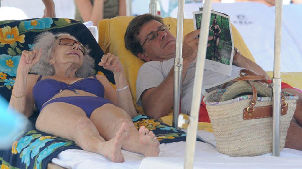 Cayetano Martínez de Irujo está disfrutando de unos días junto a su madre