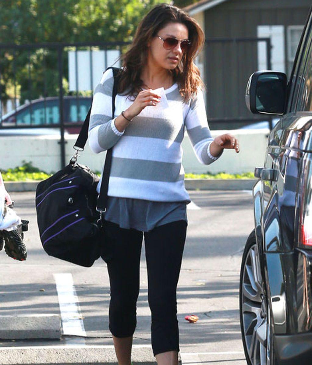 Mila Kunis es especilista en combinar jerseis de punto con outfit deportivo