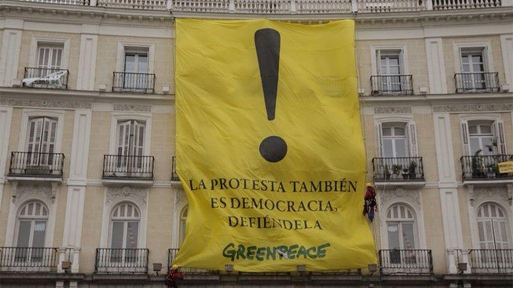 Greenpeace despliega una pancarta en Sol contra la 'Ley Mordaza'