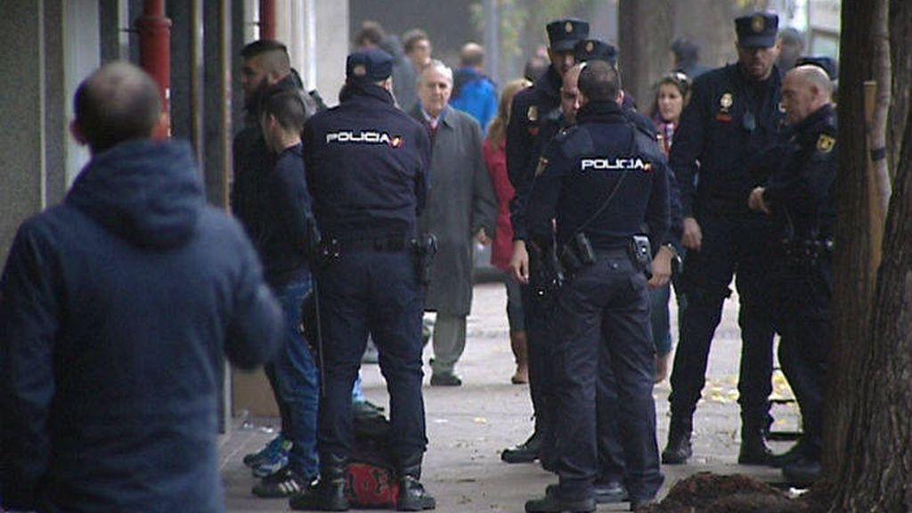 La policía con algunos detenidos tras la reyerta en Madrid