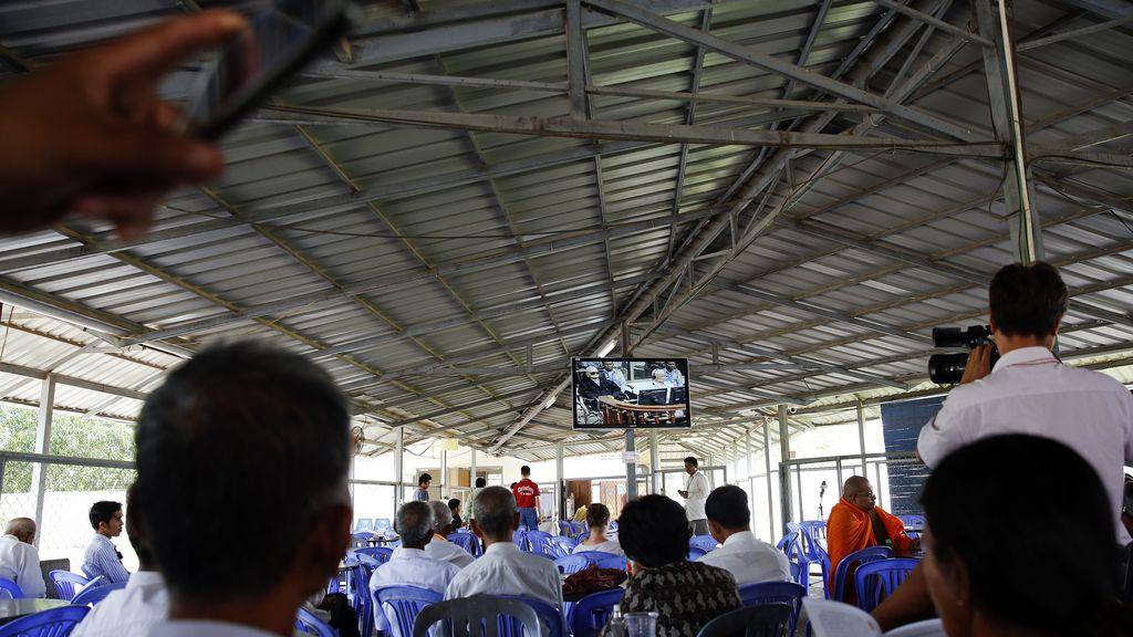 Los camboyanos siguen por televisión la sentencia contra dos líderes de los Jemers Rojos
