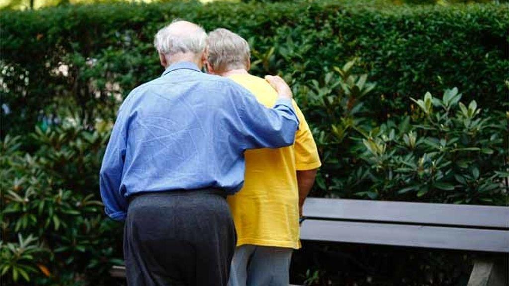 Pareja de ancianos pasea fuera de una casa para ancianos en Hamburgo