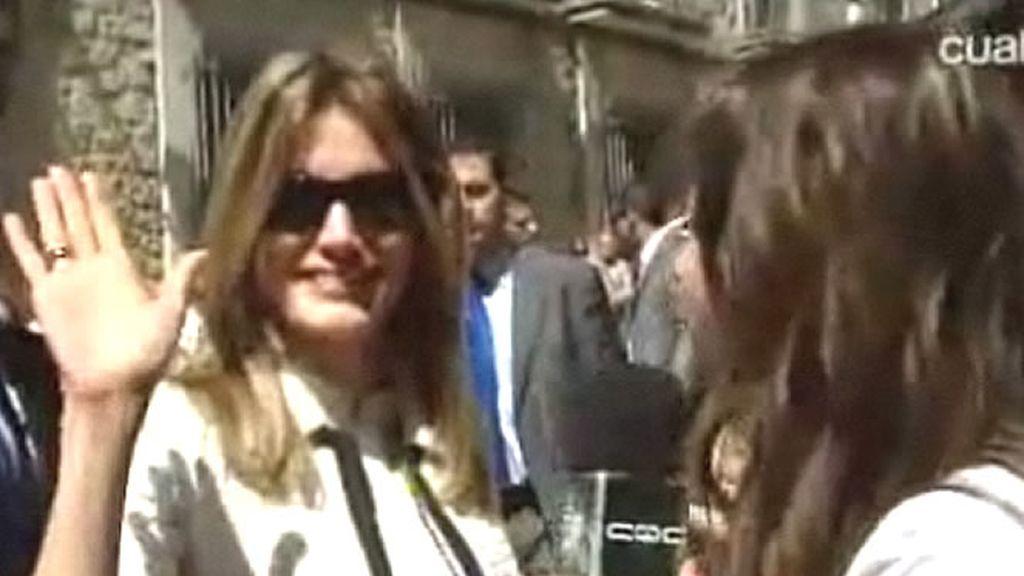 La Princesa Letizia saluda tras ponerse las gafas de CQC