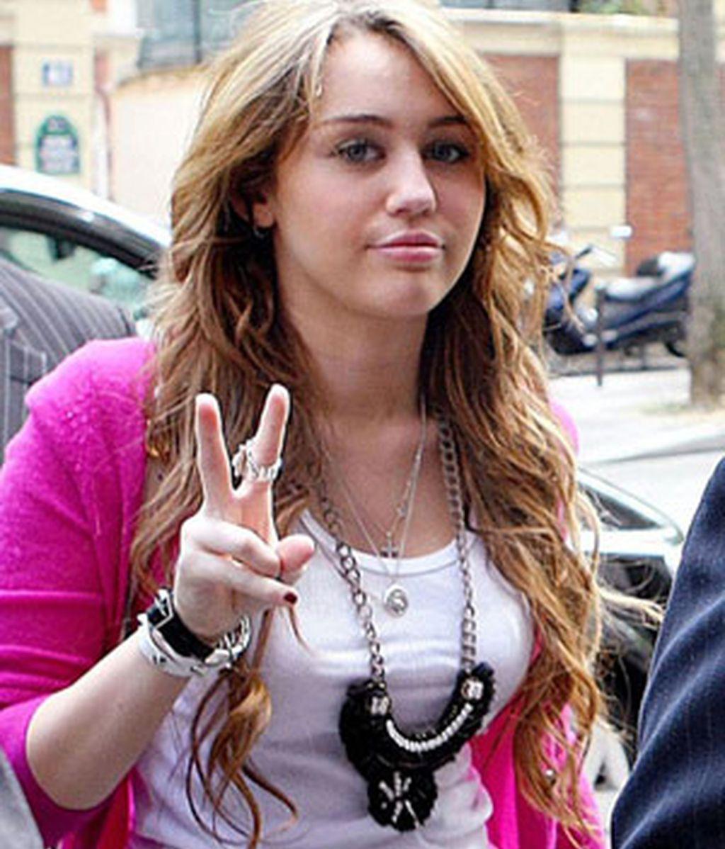 Miley Cyrus borró su cuenta en Twitter hace pocas semanas bajo petición de su novio porque éste la aconsejaba que mantuviera su vida personal al margen.
