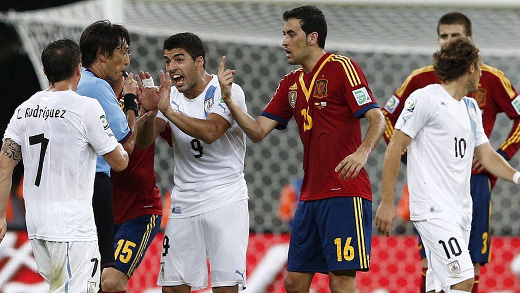 Luis Suárez y el 'Cebolla' protestan al árbitro