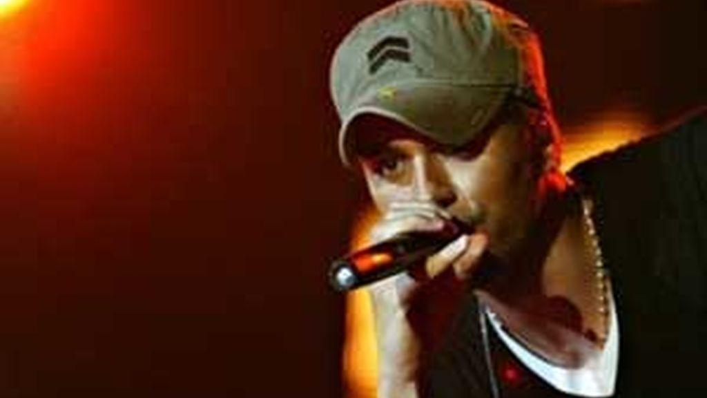 El cantante Enrique Iglesias en una foto de archivo durante uno de sus conciertos. Foto: AP