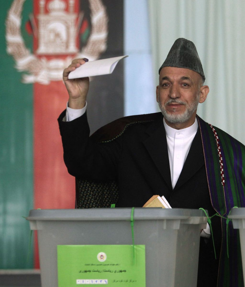 Hamid Karzai votando