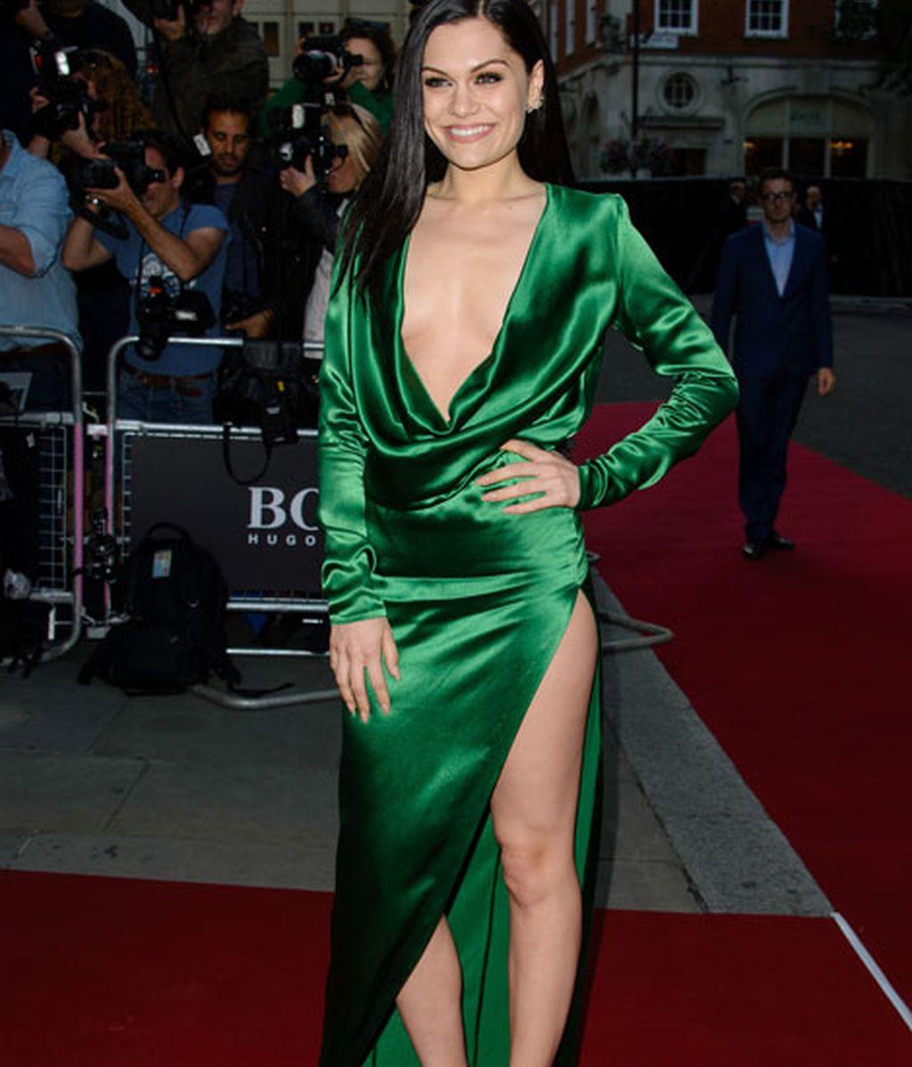 Jessie J con vestido verde de raso y abertura lateral