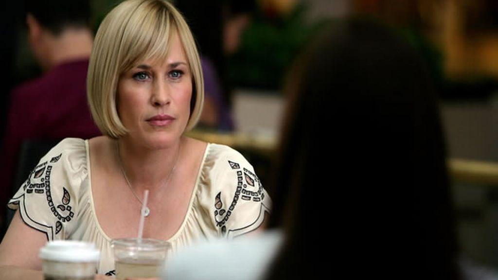 Allison, muy atenta a lo que le cuenta Cynthia