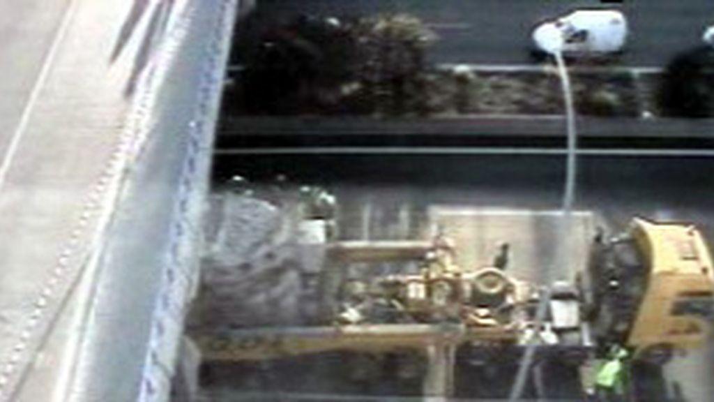 Un camión-grúa colapsa la M-40