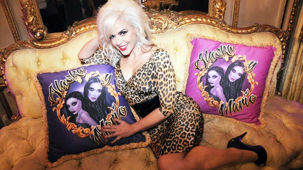 Silvia Superstar posando con estos preciosos cojines diseñados para la ocasión