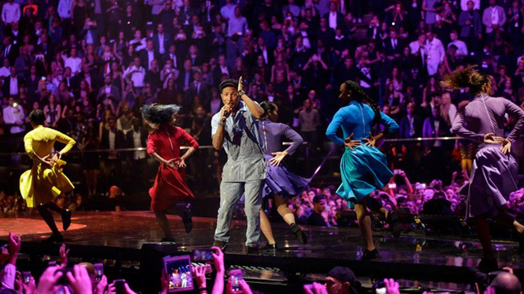 Pharrell Williams durante su actuación