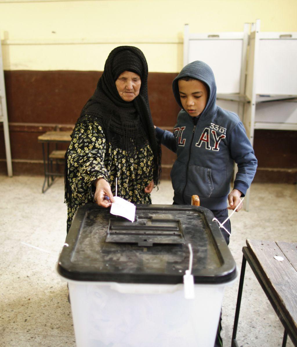 Los colegios electorales egipcios abren sus puertas en la segunda jornada del referéndum constitucional