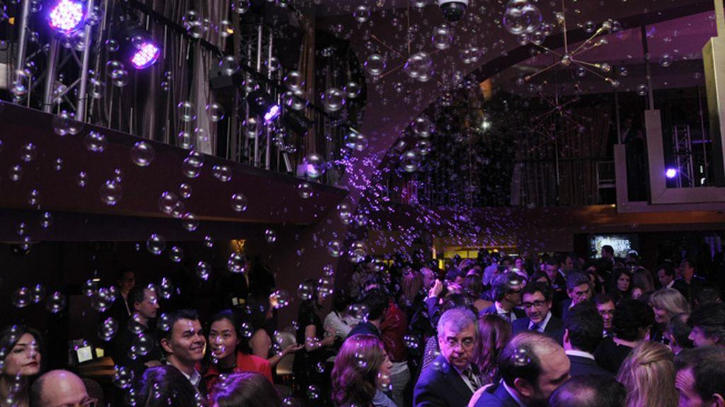 Una lluvia de burbujas inundó la noche de magia