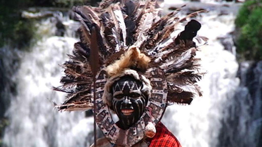 Nativo de Kenia celebrando un antiguo rito