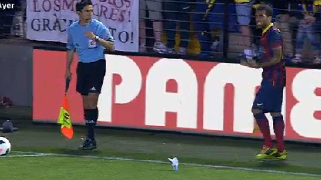 Dani Alves se come el plátano que le tiraron en El Madrigal
