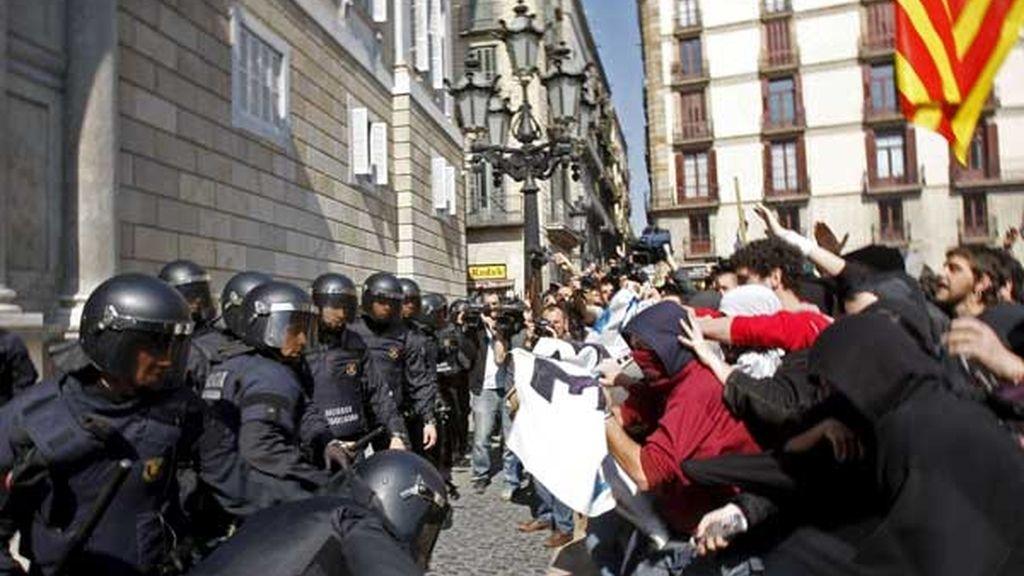 Nueva jornada de tensión entre estudiantes y policía en Barcelona