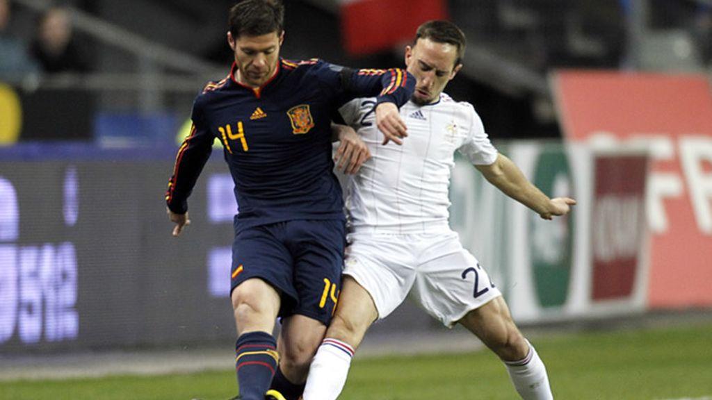 Xabi Alonso pelea un balón con Ribery