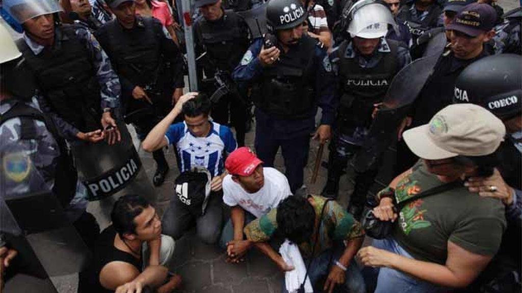 La Policía detiene a simpatizantes de Manuel Zelaya durante una manifestación