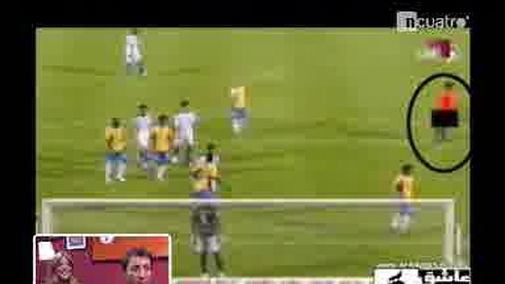 ¡El árbitro Massimo Busacca meando en pleno partido!