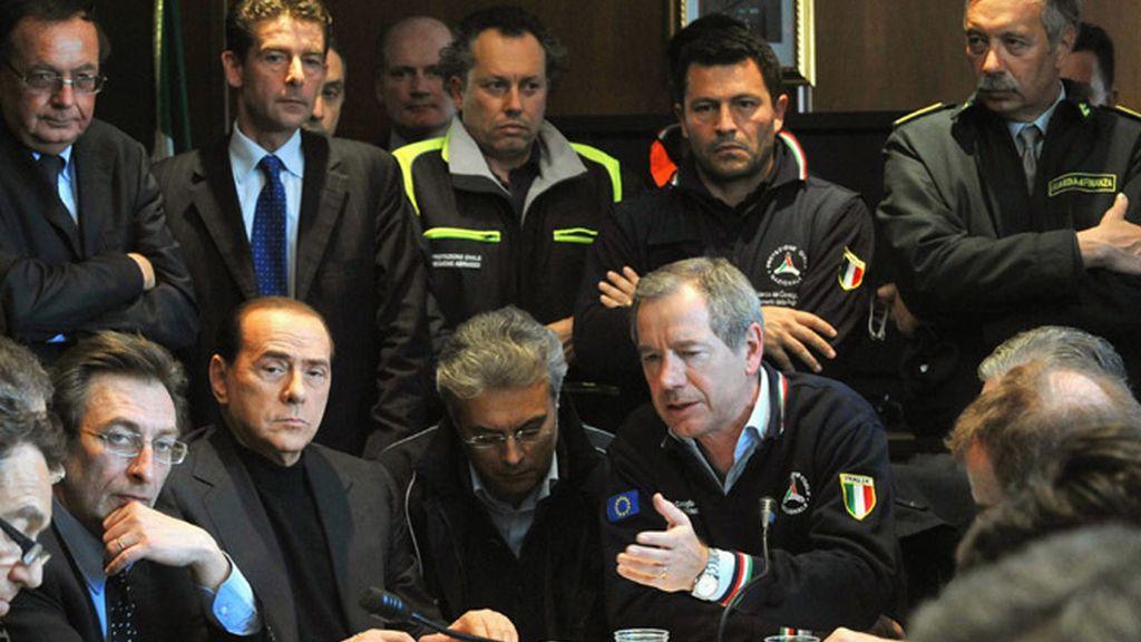 Berlusconi asiste a la rueda de prensa de Protección Civil