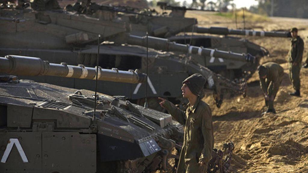 Cientos de soldados israelíes y acorazados permanecen en torno a Gaza para una eventual ofensiva terrestre en la franja, el paso sucesivo tras los bombardeos masivos de este sábado. Foto:AP