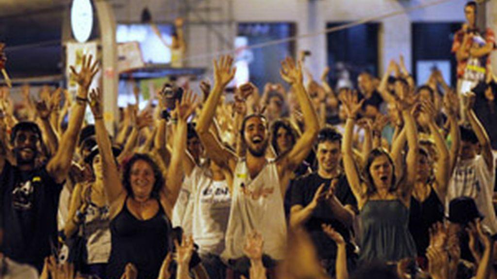 Algunos de los indignados que acamparon esta noche en la Puerta del sol. Foto: Reuters