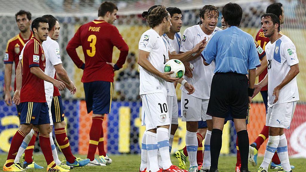 En los minutos finales, los uruguayos apretaron más al árbitro