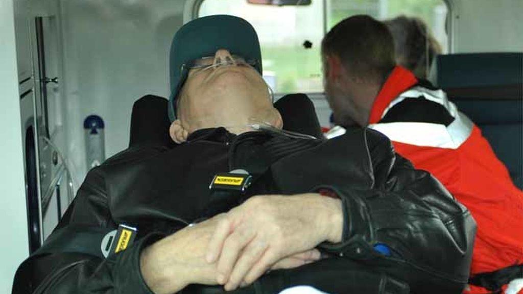 Jonh Demjanjuk, el presunto criminal de guerra nazi, en la ambulancia dispuesto a ser trasladado a la cárcel desde el aeropuerto de Múnich.