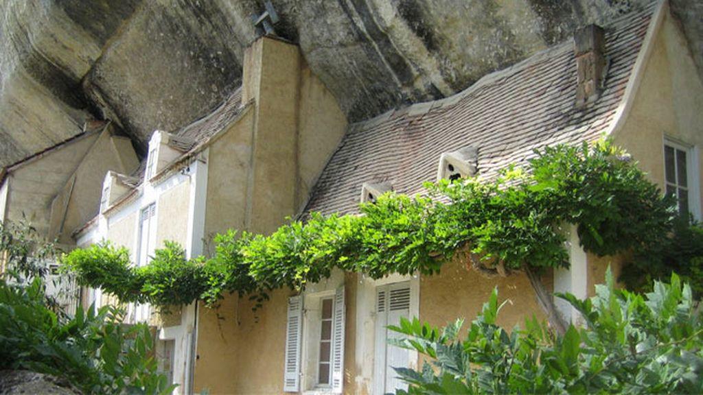 Casas y pueblos construidos bajo las piedras