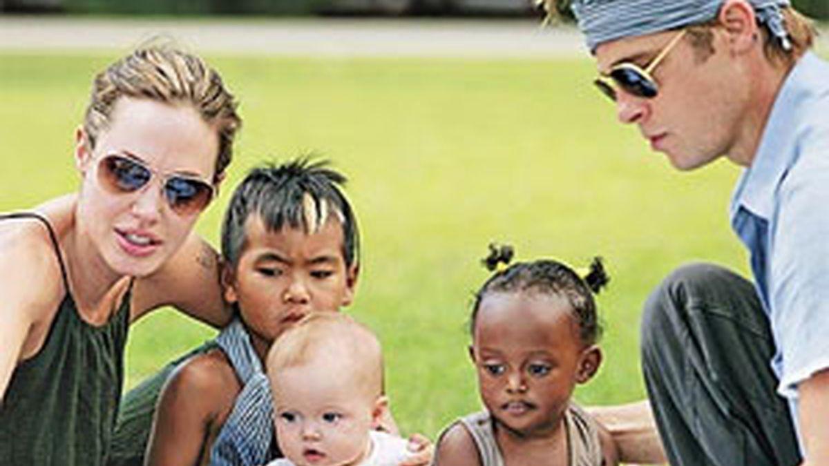 Angelina Jolie y Brad Pitt con tres de sus seis hijos.