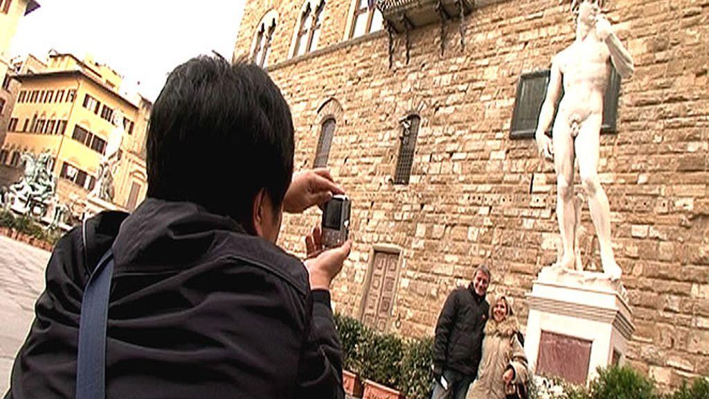 Una estatua del David de Miguel Ángel en plena calle de Florencia