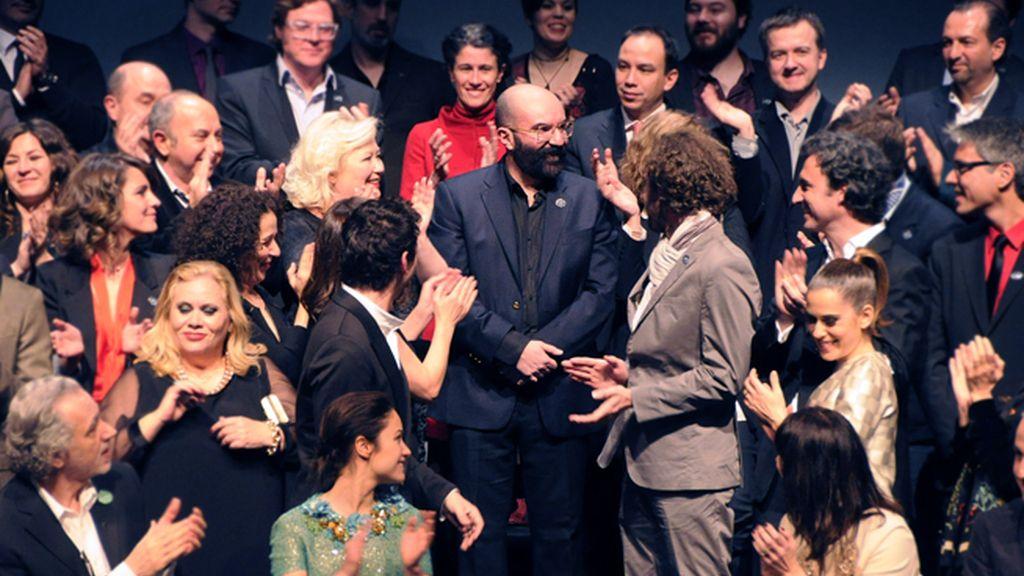 """Paco Delgado recibió el aplauso de todos sus compañeros. No es para menos, este año opta al oscar por el vestuario de """"Los Miserábles"""""""