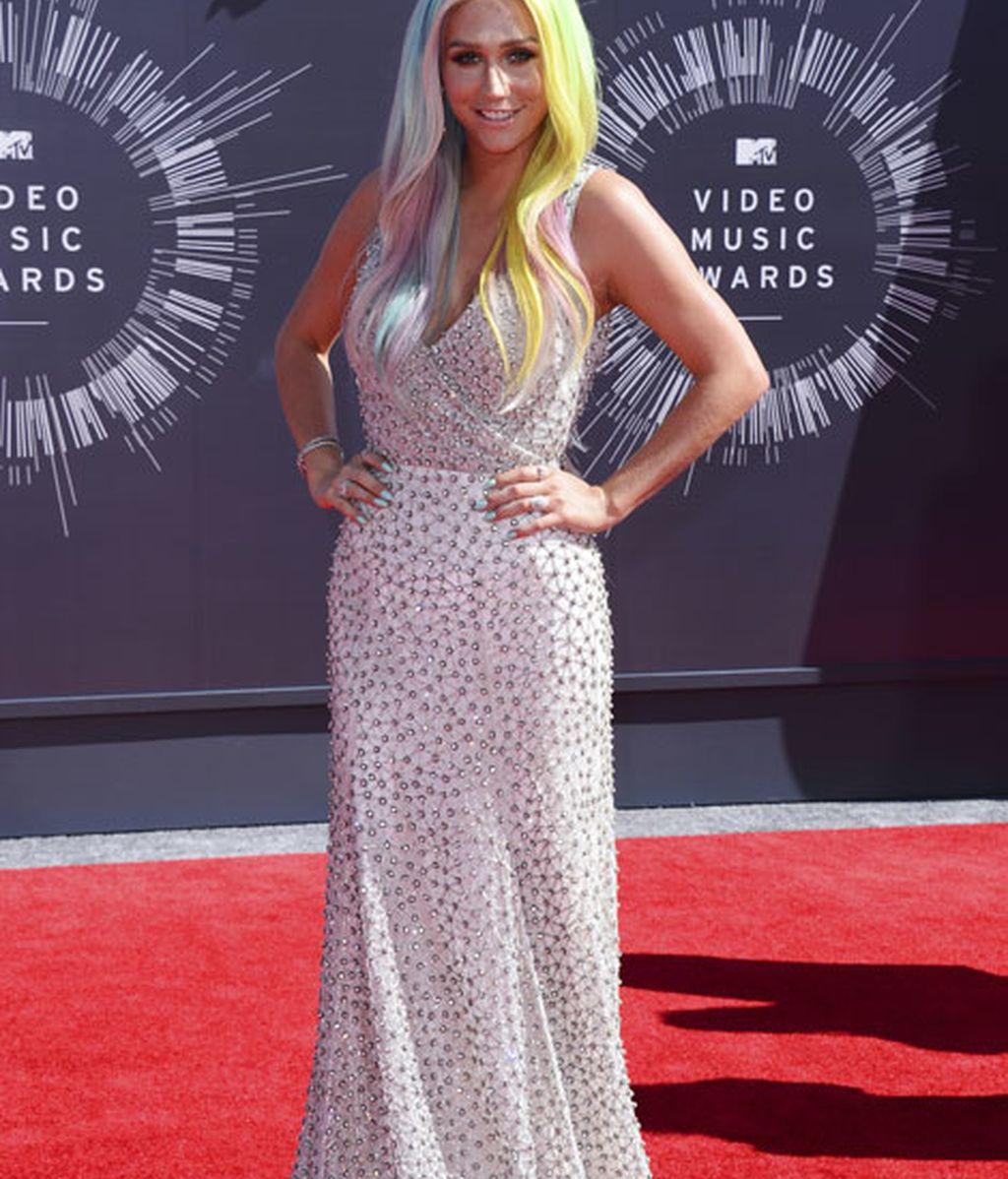 Kesha con un vestido drapedado de Johanna Johnson